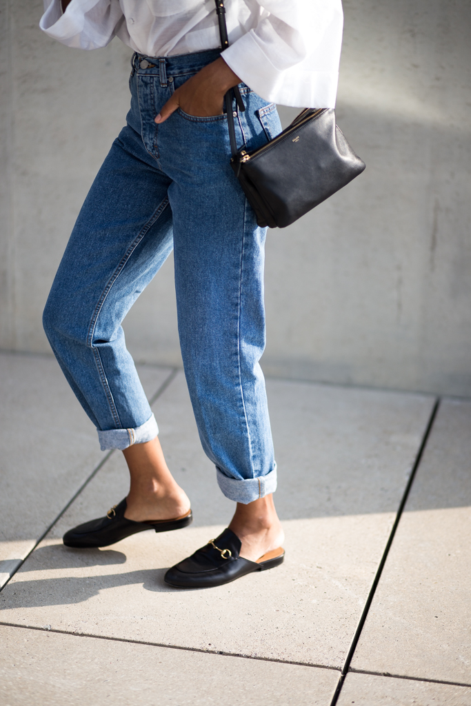 theadorabletwo_classic_love_vintage_mom_jeans_max_and_co_bluse_weiß_glockenärmel_illustration_sere_rivers_nescafé_work_berlin_streetstyle_minimalist_schwarz_gucci_princetown_slipper
